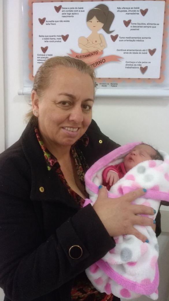 Toda a alegria da vovó Elizete Reis com a netinha Helena. A princesinha da família nasceu neste 25 de outubro