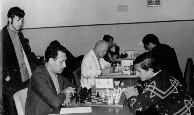 A história por detrás dos Jasc  No ano de 1968, a equipe de xadrez de Lages, na 9ª edição dos Jogos Abertos de Santa Catarina em Mafra, ficou em 5º lugar. Na foto, em pé observando o jogo de Edezio Caon (Lages) contra o desembargador Ernani Ribeiro (Curitibanos), Cosme Polese, que também integrava o elenco lageano junto a Helio Bampi. Mais tarde, em Lages, nos Jasc de 1981, o advogado Edézio Caon, seria medalha de bronze pela cidade junto a Raul Arruda Filho, Helio Bampi, Fernando Agustini, Dieter Brandes e Luiz Beckert. O xadrez é uma grande promessa de medalha para a edição Jasc 2017.
