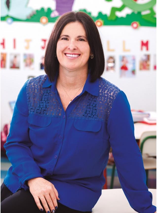 """Jane... Uma mulher idealizadora A coluna de hoje traz mais uma das candidatas ao prêmio Mulheres de Sucesso. """"Sou uma mulher idealizadora. Acredito que o sonho para ser realizado deve seguir planejamentos e ser embasado nos conhecimentos e práticas cotidianas"""". É assim que Jane Cristina Corbellini Rovaris, Diretora pedagógica, professora e proprietária do Centro de Educação Aprender Brincando, se define. Indicada na categoria serviços, Jane afirma que não é mais possível separar sua vida particular da profissional, pois absorveu para si uma Filosofia """"sociointeracionista"""", como defende dentro da sua instituição. """"Hoje sou uma mulher completamente feliz e realizada profissionalmente e em minha vida particular"""", conclui ela."""