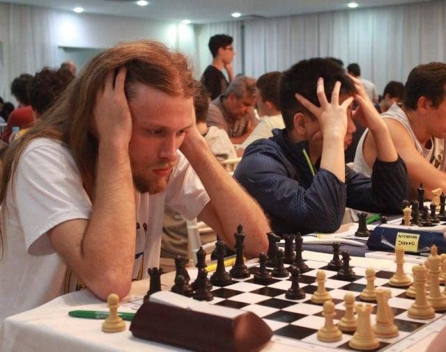 Xadrez lageano no Chess Open de Floripa Só o xadrez consegue cenas de concentração como essa do Mestre Internacional Jorge Bittencourt, que representa Lages desde os Jogos Abertos de 2017. Aqui um registro da participação da equipe Lages Xadrez Clube/FME no Floripa Chess Open. A competição que reuniu 416 enxadristas de 15 países, é o maior torneio do Brasil e abriu o calendário 2018 do xadrez lageano, que tem uma previsão de cerca de 30 competições esse ano. Foto Marco Cordeiro