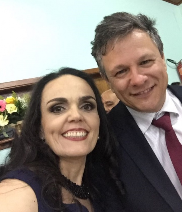 Soprando velinhas! Ao lado do marido Luís Antônio Pereira, o sorrisão inconfundível da aniversariante do dia de hoje! Parabéns para a professora de dança e diretora da Movere Centro de Danças, Mayra Ceron Pereira.