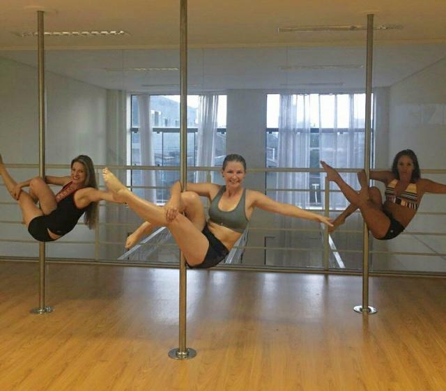 """Um click show de uma aula de Pole Dance. """"Voando"""" sobre a barra: Elaine, Ana Paula e Suzana Cecatto. E dá-lhe energia!"""