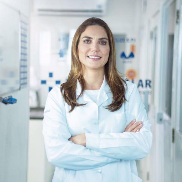 """Inovação: O Laboratório Hospitalar agora é Labhos A Farmacêutica e Bioquímica, Maúde Narciso Franklin é sócia majoritária do Laboratório Hospitalar desde 2009, que presta serviços aos hospitais Nossa Senhora dos Prazeres, Maternidade Tereza Ramos e ao público externo em geral.  O ano de 2018 chegou com uma novidade: a marca mudou. O laboratório hospitalar agora é LABHOS laboratório. """"Um novo nome, uma nova identidade visual, porém, mantendo o comprometimento e o compromisso com a qualidade de seus serviços"""", conta Maúde, indicada ao Prêmio Mulheres de Sucesso, na categoria serviços."""