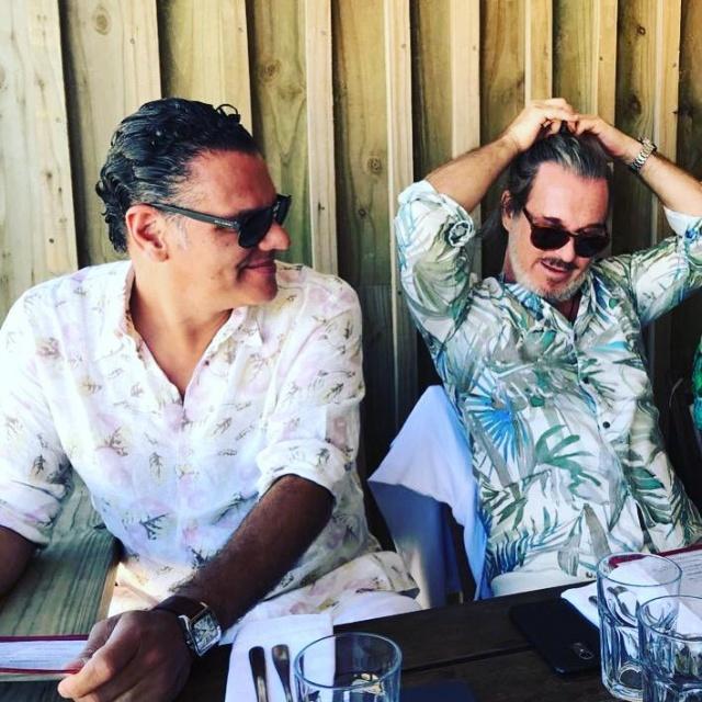 """Em terras uruguaias Em temporada em Punta del Este, os empresários Ricardo Almeida e Jorge Dal Toe, curtindo os principais pontos gastronômicos da cidade. No click em """"La huella"""", o melhor restaurante do Uruguai"""