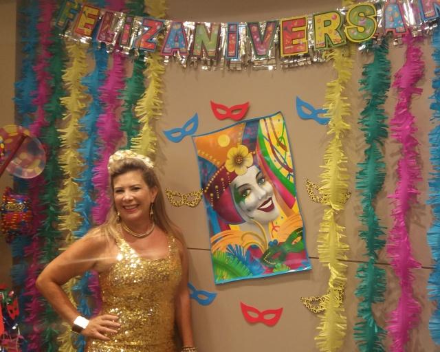 Iluminada e feliz!  Foi assim que Otília Zapelini festejou seu aniversário, com festa carnavalesca no Viña Del Mar, em plena beira mar de Balneário Camboriú. Parabéns!