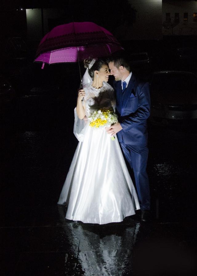 Click mais que lindo do amor de Nil e Fabiano Pereira que casaram-se na Igreja Santa Cruz Foto Caroline Parizotto
