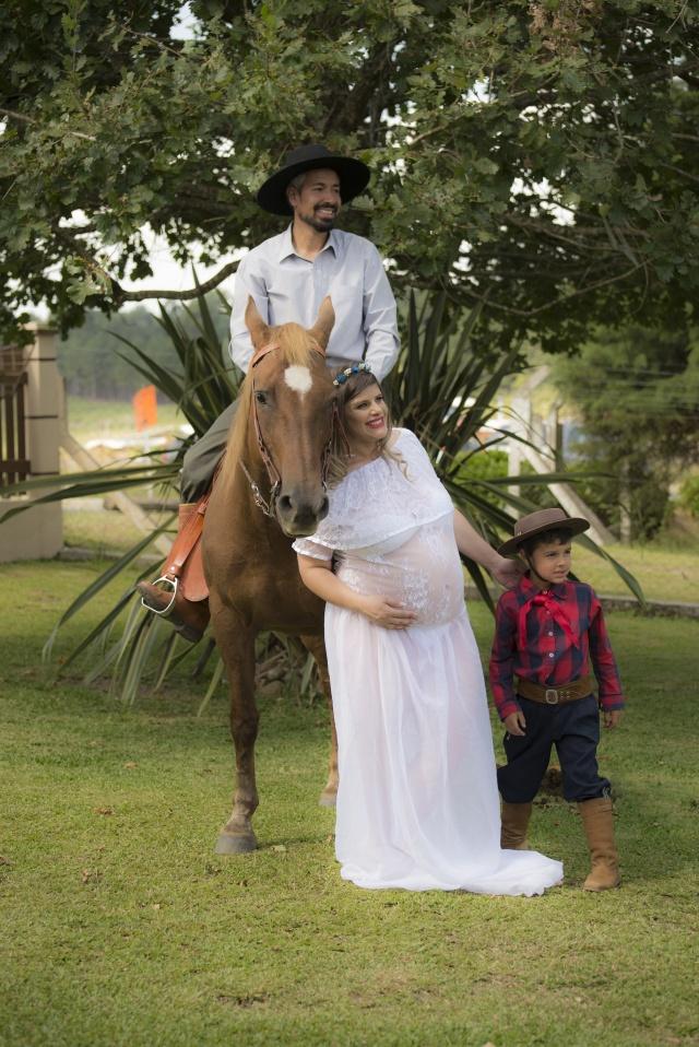 Família linda Ana Kris Alves Cruz e Job Elias Vieira com o filho Samuca, à espera do pequeno Lucca