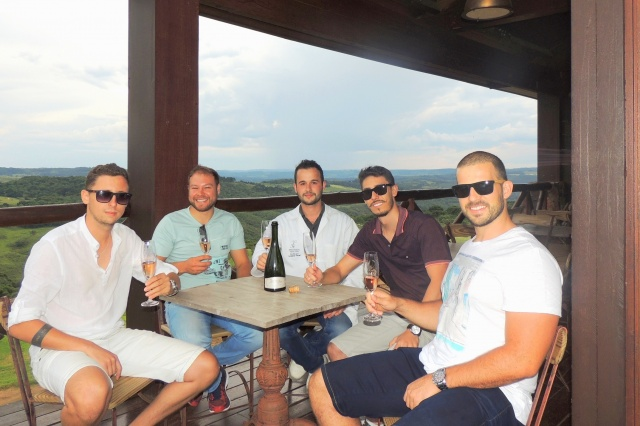"Na Abreu Garcia Os amigos Luciano Fernandes (AMBEV), Mateus Mattos (UFSC), Leonardo Ferrari (Enólogo), Gil Karlos Ferri (UFFS) e Ricardo Grunitzki (UFRGS), brindando uma visita técnica ""pra lá"" de exclusiva na vinícola Abreu Garcia"