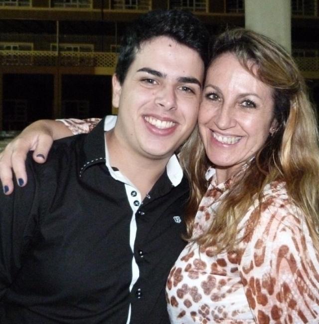 Dia de soprar velinhas com a queridíssima professora Léia Ezequiel. No click, a aniversariante dessa segunda-feira, com a filho Leonardo Schneider. Parabéns!!!