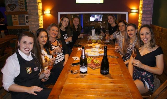 """Confraria do Vinho Há um ano esse grupo charmoso resolveu montar a """"Confraria do Vinho"""", na verdade uma """"Confraria de Gurias"""". Para comemorar a data, a sommelier Maiara Liz Sommelier organizou um encontro no Burges Pub. """"Estudamos sobre os vinhos e harmonizações"""", dizem as amigas."""
