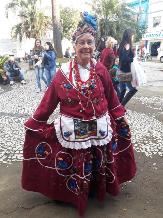 Dona Maria Setembrina Formiga, a Maria Botão, é presença certa na Festa do Pinhão e um ícone de nossa terra com seus vestidos coloridos