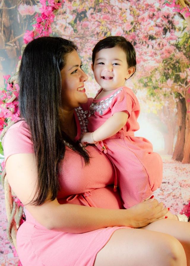 Graziele Cortez com sua sorridente Giovanna