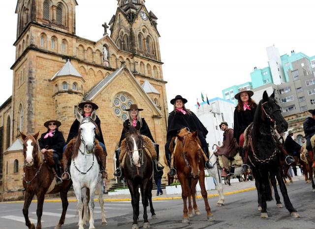 As Cavaleiras da Serra prestigiaram a Cavalgada do Pinhão, Crís Castilhos, Dária Koech, Janaína Branco, Cris Zinn e Dary Koech Foto Oneris Lopes