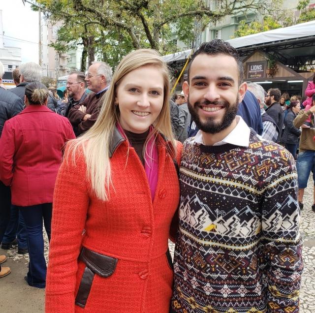 O vereador Jair Júnior com a namorada Karina Faria de Souza prestigiando o Recanto do Pinhão