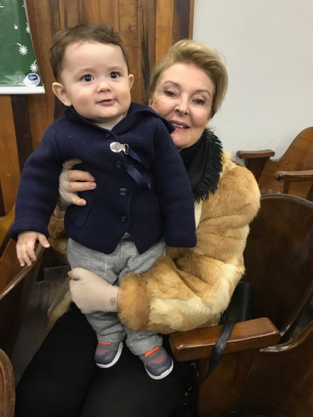 Carmen Branco Ramos toda feliz com seu neto Antônio, que n próximo dia 7 de junho, completa seu primeiro aninho