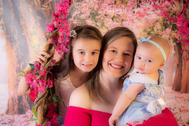 Karine Cruz Veiga com suas filhas Maria Alice e Laís