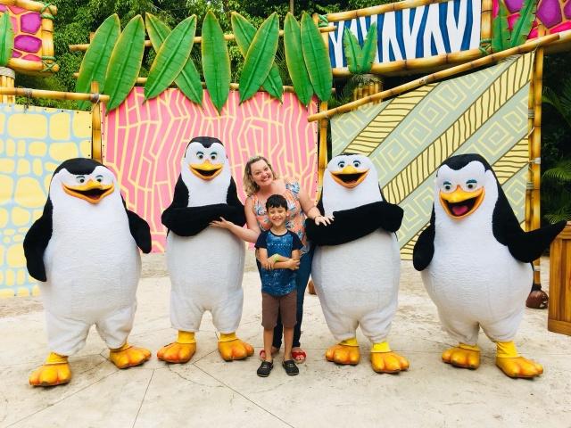 A mamãe fotógrafa Caroline Parizotto divertindo-se com seu filho Bruno, em meio aos pinguins do Beto Carrero World