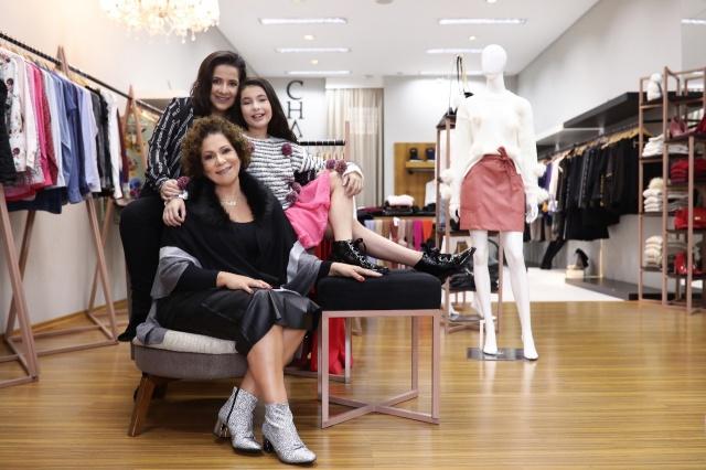 A empresária Adriana Paes com as filhas Daniela e Lara