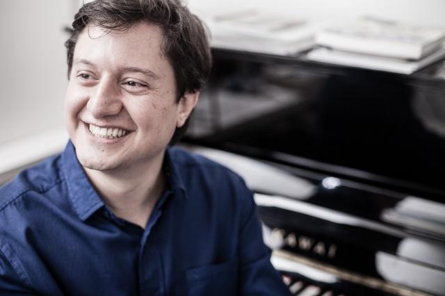 Todo o talento e a simpatia do músico lageano, Luiz Gustavo Zago, que recentemente estreou como compositor clássico compondo Concerto para Piano e Cordas Foto de Rodrigo  Ormond.