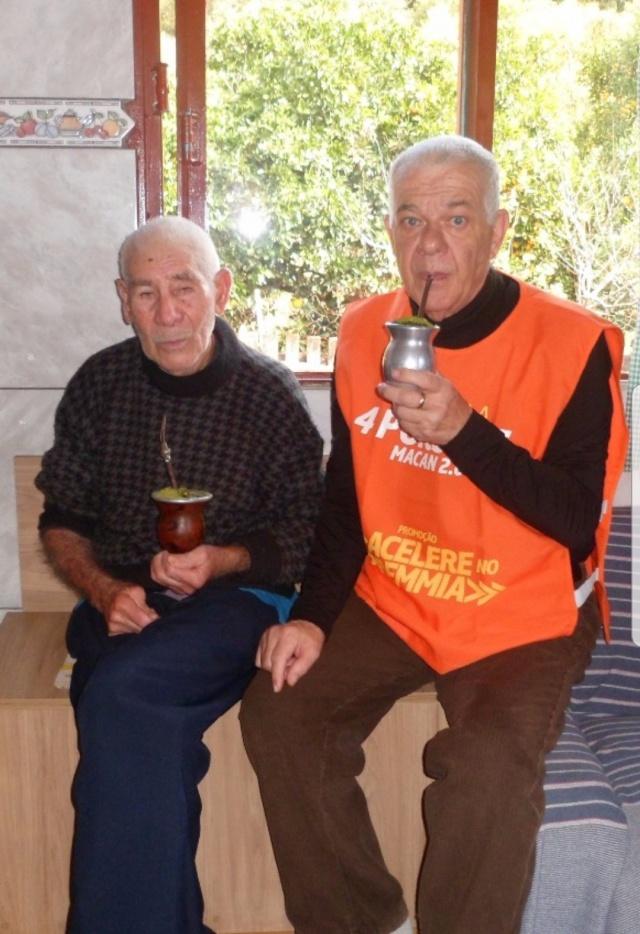 Um chimarrão entre amigos. O empresário Deocildo Michelotto com o amigo Dimas Pereira Delfino, que neste mês de junho festejou seus 105 anos.