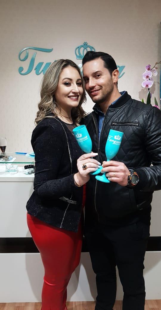 Ana Claudia Rodrigues e Daniel Dias Alves receberam familiares, amigos e clientes para celebrar o primeiro ano da loja Turquesa em um dia cheio de carinho e felicitações.