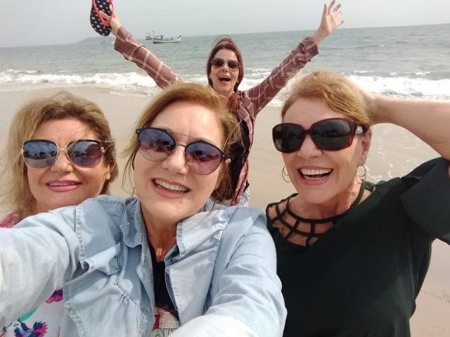 Lindas irmãs! Imagem mais linda do encontro das irmãs Koech: Jussara, Marly, Marilei e Soraya Koech no maior alto astral, na paradisíaca praia de Cachoeira do Bom Jesus