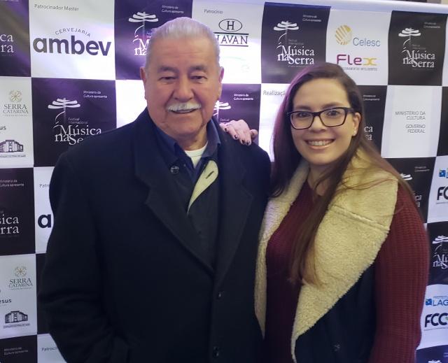 Mariana Santana com o avô José Américo Santana, prestigiando o concerto de encerramento do Música na Serra