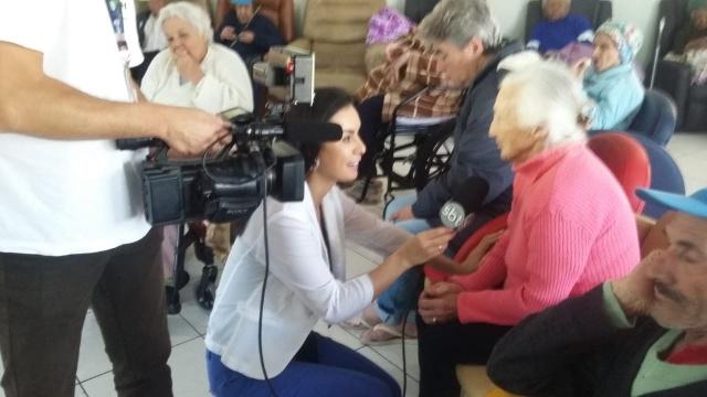 A equipe do Sbt Santa Catarina mostrando o Música na Serra. No click, Ana Carolina de Lima e Alex Müller em entrevista durante concerto social no Asilo Lar Menino Deus