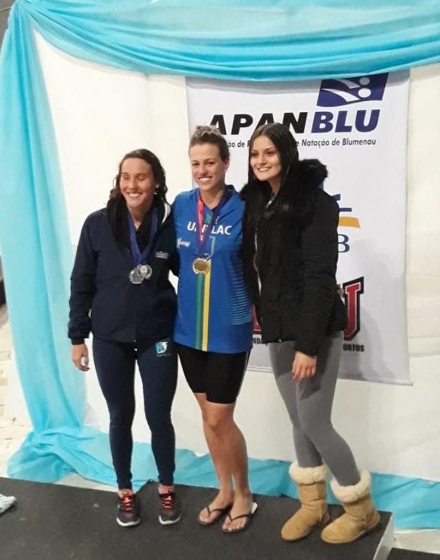 Medalha para Uniplac no Jucs A nossa menina de ouro da natação lageana, Marina Medeiros Neves, trouxe medalha para a Uniplac nos Jogos Universitários Catarinenses. Orgulho nosso e maior orgulho ainda para a mamãe da atleta, a empresária Beth Neves. Aplausos!!!