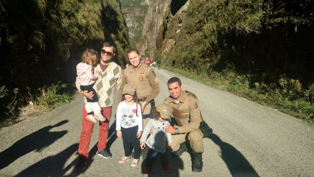 A policial Francine Burigo de Alencar e o policial Rodrygo Sousa Rodrigues com turistas de São Paulo, completamente encantados com a Serra do Corvo Branco. É a natureza serrana fazendo sucesso!