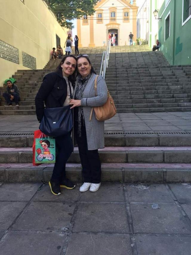 Quem soprou velinhas na sexta-feira, 27 de julho, foi a primeira dama de Lages Salete Ceron. A aniversariante festejou a data recebendo o carinho da família e amigos. No click, com a filha Mayra Ceron Pereira.