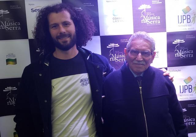 Aquele amor por música que passa de avô para neto. Stefan Duarte com o avô Américo José D'Oliveira, em noite de Música na Serra