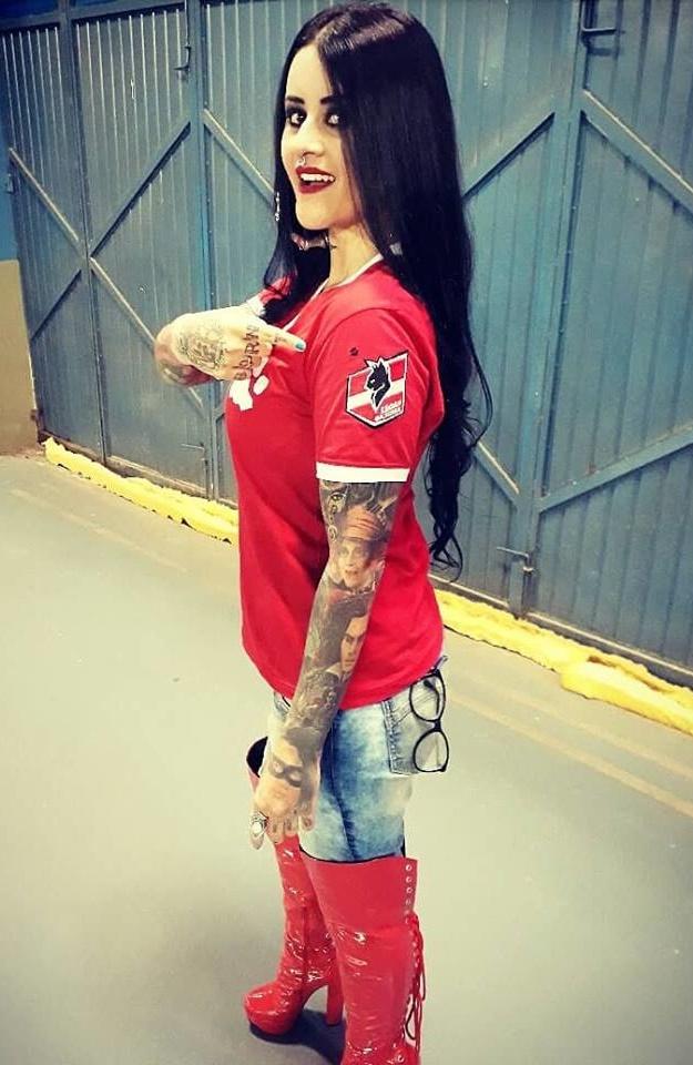 """Feliz Aniversário Leoa! Hoje é dia de soprar velinhas com a lindona Aline Cândido. Recentemente a Aline foi convidada a vestir a camiseta das Leoas da Serra e abraçar o projeto, e ela disse: Sim! """"Vestir essa camisa é um prazer imenso, afinal o nosso time de Futsal Feminino tem as melhores jogadoras do Mundo! Lutar pelo esporte feminino e trabalhar pelas causas sociais que envolvem as mulheres da Serra é edificante e essencial"""", afirmou ela.  #vemserleoa E você que está lendo a coluna, amou a camiseta da Aline? Em breve conto como você mulher pode abraçar também essa causa! #vemserleoa"""