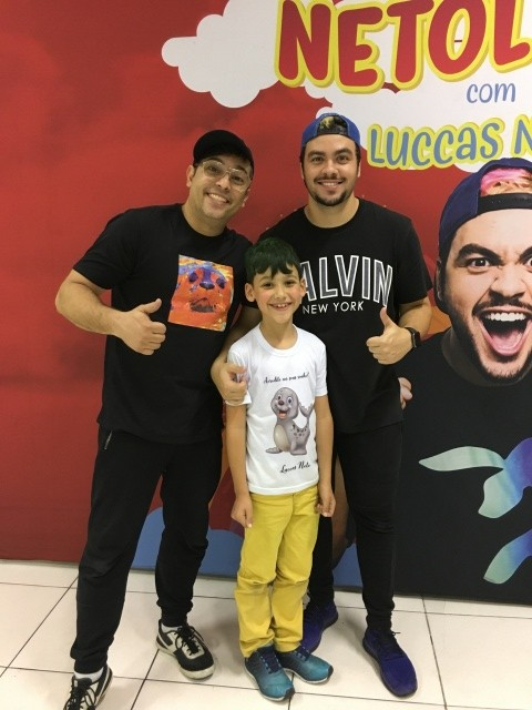 Olhem só a alegria do Bruno ao conhecer os youtubers Luccas Neto e Rony. Tudo registrado pela mamãe coruja fotógrafa Caroline Parizotto Foto Caroline Parizotto