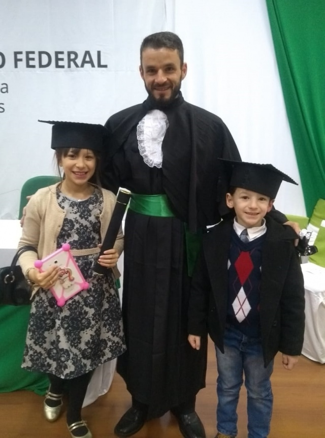 Marcio Amaral Bensberg, feliz com a conclusão do curso de Eletromecânica no IFSC. Os filhotes Maria Clara e Enzo estão mega orgulhosos do papai estudioso. Parabéns!!!