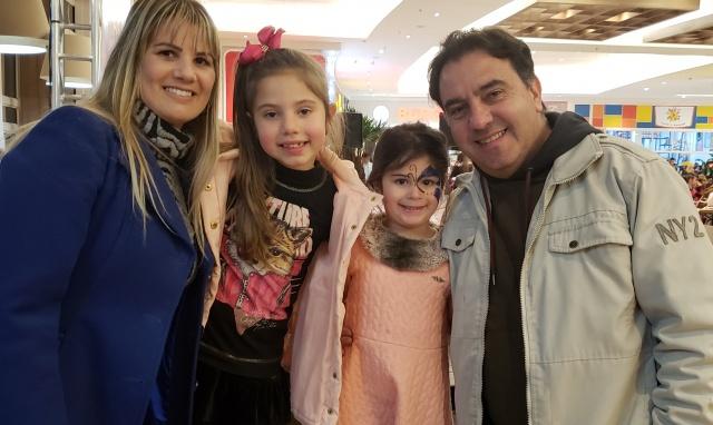 O superintendente da Fundação Cultural de Lages, Gilberto Ronconi com a esposa Michelle, a filha Antonella e a amiguinha Ágatha, em tarde de Dança Lages no Lages Garden Shopping. Neste sábado (01), tem o Dança Kids, a partir das 15 horas.