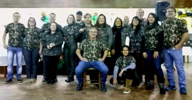 Celebrando a amizade Reservistas que serviram o 1º Batalhão Ferroviário, em 1987, se reuniram em Lages, na sede do Sindiserv, no sábado, à noite, com suas esposas e filhos para comemorarem o aniversário daqueles que fizeram 50 anos e também para se confraternizarem em uma festa que lembrou os velhos tempos. Cerca de 150 pessoas participaram do encontro.