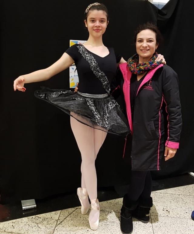 """A bailarina da academia Liz velho, Alenia Menegon, brilhou no palco do Dança Lages, como o """"Cisne Negro"""". Orgulho total da professora Elizandra Velho."""