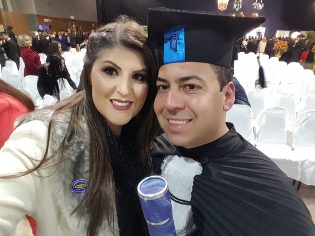 O Major Alex dos Santos Marcelino, fiscal administrativo do 1º Batalhão Ferroviário, colou grau no curso de Arquitetura e Urbanismo da Unifacvest. O mais novo arquiteto comemorou feliz ao lado da linda esposa, Kelly Marcelino.