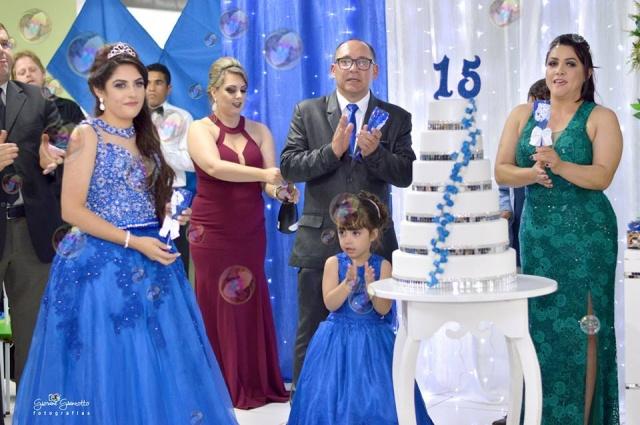 Amanda Cristine Waltrick Ribeiro, filha de Silvio Orli Ribeiro e Maria de Lourdes Waltrick, festejou seus 15 anos com uma linda e emocionante festa