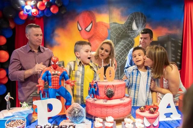 A felicidade de Ariane Alano Alves e Paulo Cesar Scheuermann juntamente com Andressa Alano Alves e Alcione Oliveira festejando os 10 anos dos filhos Pedro e Augusto. Parabéns aos primos!!!
