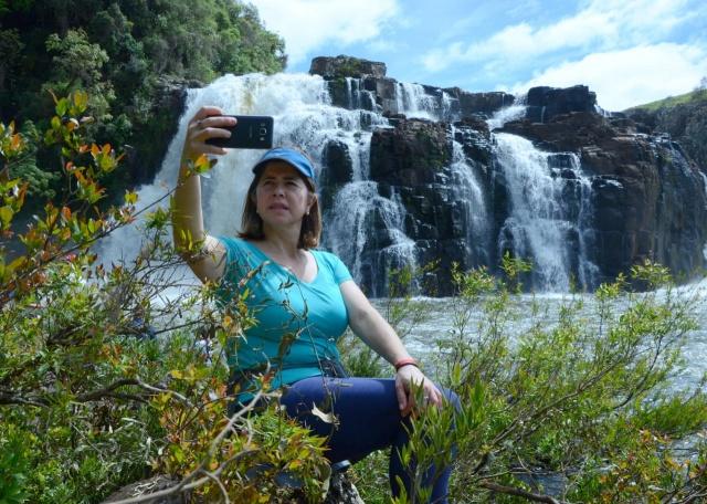 Sônia Betz Amaral, diante da gigante cachoeira na curva do Pelotinhas, no Santo Cristo. Imagens lindas que só a Coxilha Rica tem!