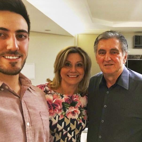 Quinta para soprar velinhas com o médico Gilberto Scopel. No selfie o aniversariante com a esposa Analete e o filho Lucas. Família linda!