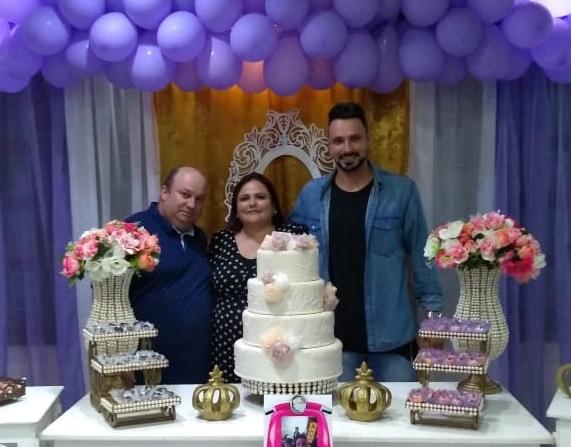 Cláudia Arruda Moro festejou seu aniversário ao lado do marido Paulo e do filho Marcus Vinícius, juntamente com amigos e familiares em um belo evento no Clube Caça e Tiro