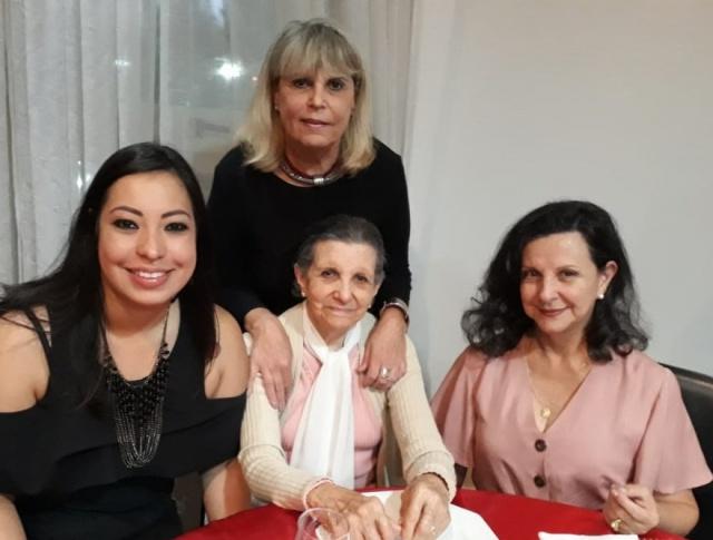 A matriarca da família Ramos, Isolete Vieira Ramos, está perto de festejar seus 90 anos, esbanjando vitalidade e sabedoria. Aqui, durante os festejos de final de ano com a nora Marli Annuseck Ramos, a neta Maria Luiza Orsi e a filha Maria Cândida Vieira Ramos