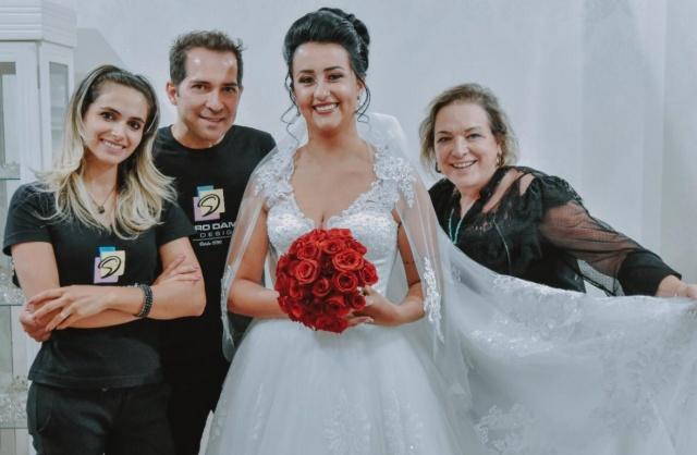 A noiva Adryana Muniz linda e realizada com a equipe Damião: Aline, Sandro e Lourdes!