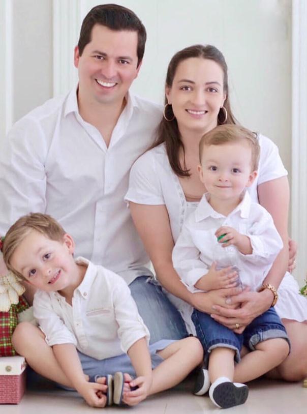 """Domingo para desejar feliz aniversário para a querida Aline Souza Tamanho que passará este dia especial com seus """"meninos"""": Renato, Pedro e Gabriel. Parabéns!!!"""