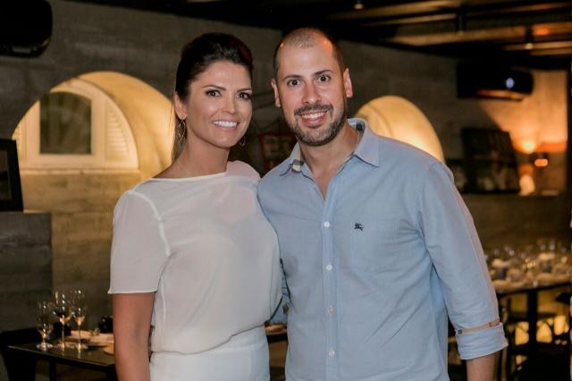 Casamento à vista! O empresário lageano Gustavo Gugelmin e a assessora de assuntos internacionais do IFSC, Raquel Matys Cardenuto noivaram durante um jantar no elegante Delfino 146, em Florianópolis.