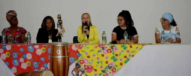Desafios das mulheres negras foi tema de encontro Com a organização do Núcleo de Estudos Afro-Brasileiros – NEAB e Grupo Gênero, Educação e Cidadania na América Latina – GECAL, ocorreu um debate sobre as dificuldades das mulheres negras inserirem-se profissional e socialmente. O tema foi debatido através de uma mesa com as Professoras Nanci e Mareli da Uniplac e as convidadas Flávia Curvello, Janaína de Liz, Mãe Leni de Yemanjá e Palmira Tytula Kalembela. As palestrantes foram unânimes sobre a importância da educação desde casa, da busca pela formação acadêmica e do enfrentamento de cabeça erguida. Sendo esses os caminhos para se conquistar os espaços merecidos.