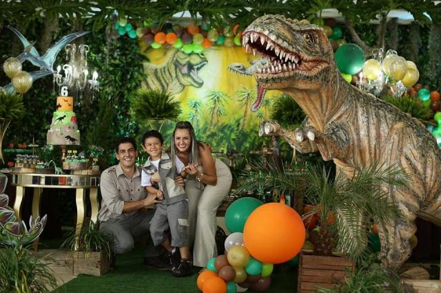 Graziela e Edmar Amaral em meio ao mundo dos dinossauros festejando os seis anos do Rafael. Decoração incrível do Anderson da Costa